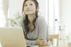 ウェブライターに記事を外注したいと考えている女性画像